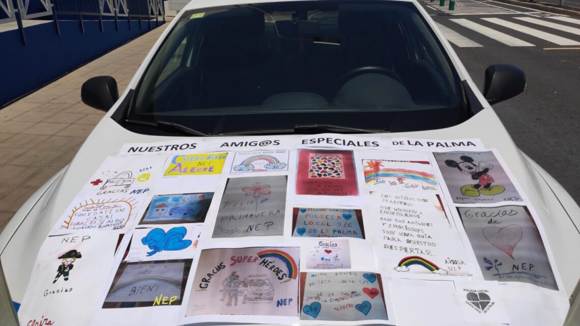 """""""Gracias, superhéroes"""": mensajes de Niños Especiales de La Palma en un coche patrulla de la Policía Local"""